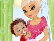 لعبة تلبيس البيبي الصغير مع امه